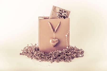 美しいピンクの驚きは、愛のシンボル心を袋を提示します。バレンタインデーや母の日のため多分券やコンサート チケット内カードで素晴らしいビ