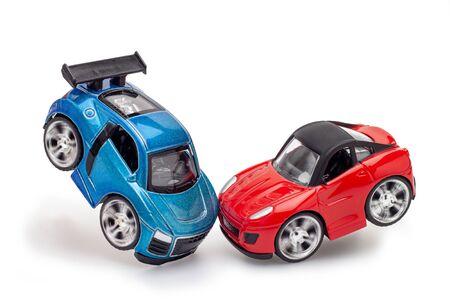 Rotes und blaues Spielzeugauto auf dem weißen Blackground.