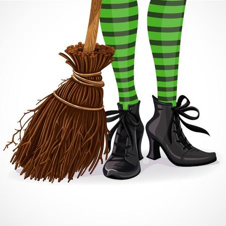 Halloween Hexe Nahaufnahme Beine in Stiefeln und mit Besen isoliert auf weißem Hintergrund