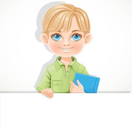 Schattige blonde jongen houdt leerboek en grote witte horizontale banner op een witte achtergrond