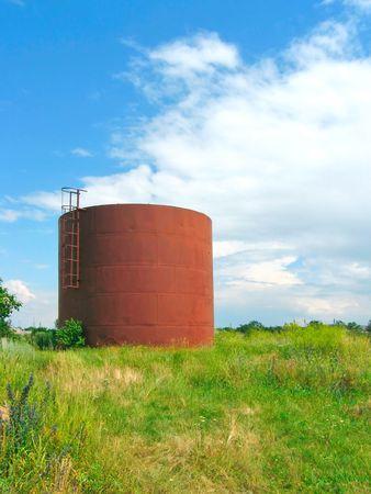 cisterna: Cisterna de hierro en el campo Foto de archivo