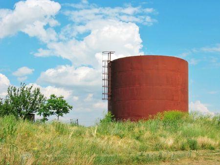 cisterna: Cisterna de hierro en el campo