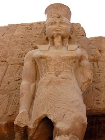 Estatua del fara�n en la corte del peristilo del templo de Am�n-Ra en Karnak. Ubicaci�n: Valle de Tebas, Luxor, Egipto. Foto de archivo - 6426311