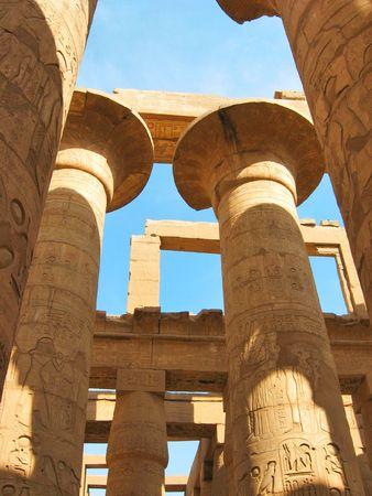 Karnak에서 Amun- 라 사원에서 hypostyle 홀의 장대 한 콜로 네 이드. 룩소르, 이집트.