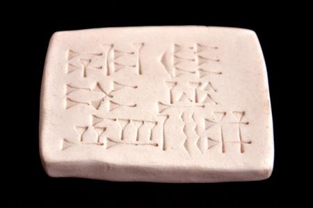 아시리아 문자가있는 룬 문자 형 태블릿 스톡 콘텐츠