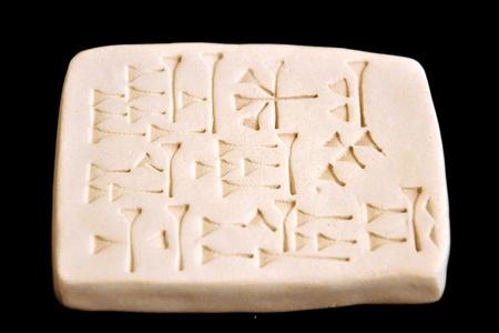 쐐기 모양 문자가있는 아시리아의 태블릿 스톡 콘텐츠