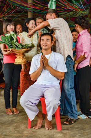 familia orando: Nakhonratchasima, Tailandia - 05 de mayo de 2012: Ordenación para los hombres, que es el caso del Distrito budistas en Tailandia, el legendario larga. Editorial