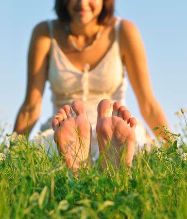 jolie pieds: Pieds ayant un repos sur l'herbe vert tendre dans l'après-midi d'été