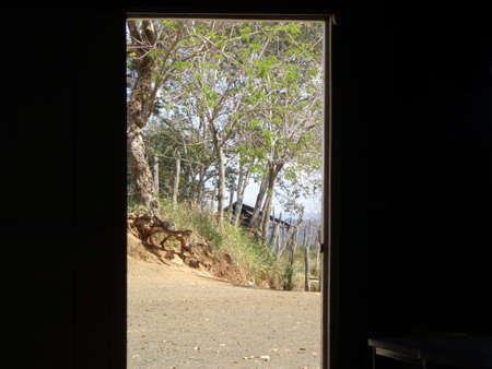 풍경이 내려다 보이는 자연의 출입구 나무가없는 불모의 땅 잔디가 멀리 떨어진 곳에 작은 산사태와 오두막이있는 곳, 밝은 햇살의 빛에 의해 청명한