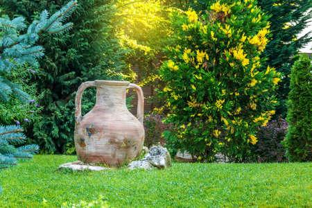 hermosa ánfora antigua en el jardín en verano