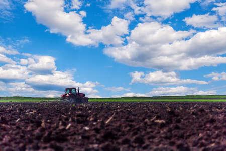 siembra: Tractor preparar la tierra para la siembra