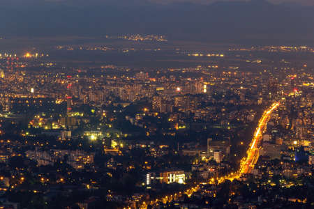 sofia mooie nacht met verkeer van auto's in de zomer Stockfoto