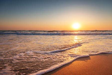 여름에 다채로운 바다 해변 일출 스톡 콘텐츠
