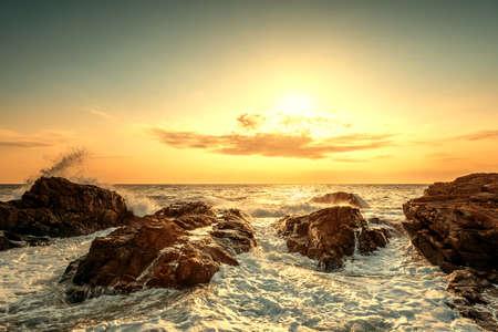 Salpicaduras de onda al amanecer en verano