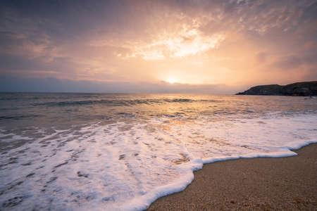 Vue panoramique du magnifique coucher de soleil au-dessus de la mer. Banque d'images