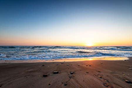 Scenic view of beautiful sunset above the sea. Standard-Bild