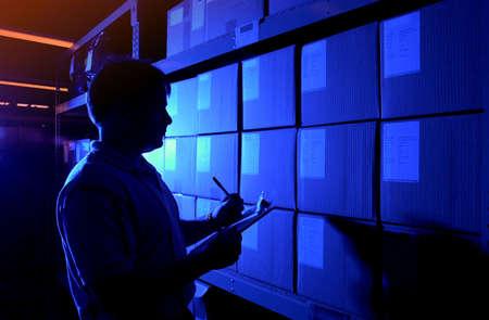 inventory: azul hombre teniendo inventario