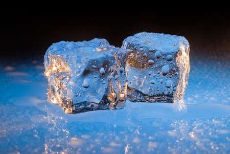 Cool blauw ijsblokjes druipwater Stockfoto