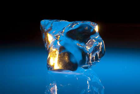 Sculpturale blauwe stuk ijs
