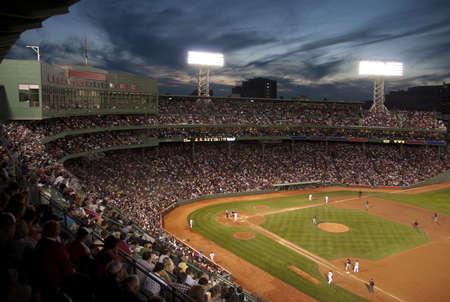 campo de beisbol: Juego de la noche de B�isbol Foto de archivo