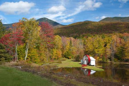 hampshire: Vista de ca�da esc�nica del molino de agua de New Hampshire en estanque  Foto de archivo