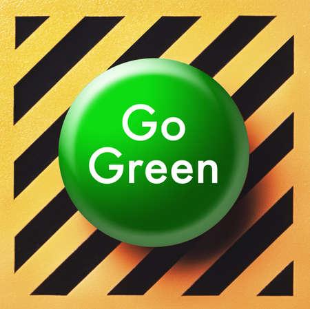 黄色と黒のパネルに緑色のボタンを行く