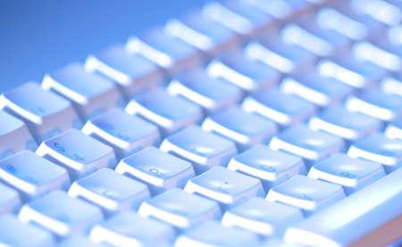 teclado: Teclado de computadora primeros plano y posterior iluminado con limitada profundidad de campo