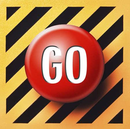 panic button: GO rosso pulsante sul pannello di giallo e nero