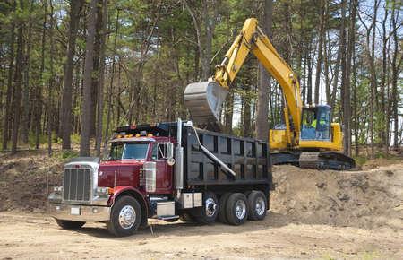 volteo: Excavadora cami�n dumper con la tierra en el sitio de construcci�n de carga  Foto de archivo