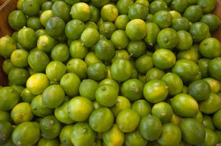 bunched: Limes raggruppato insieme su una bancarella di farm locale Archivio Fotografico