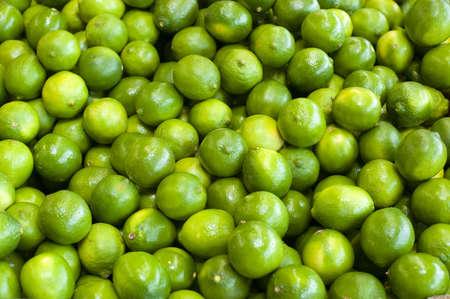 bunched: Limes verde fresco raggruppato insieme a una bancarella di fattoria