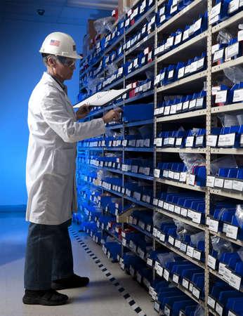 fabrikarbeiter: Factory Worker Inventur im Lagerraum eines produzierenden Unternehmens Lizenzfreie Bilder
