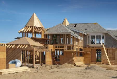 合板と建設中の家の付加の構造の半分が終わった 写真素材 - 9898429