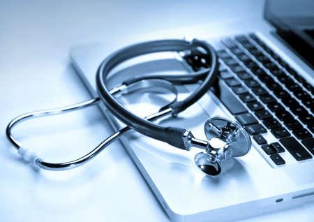 equipos medicos: Estetoscopio en una computadora portátil, primer plano Foto de archivo