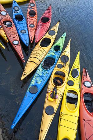 deportes nauticos: Kayaks de fibra de vidrio de colores amarrado a un muelle, visto desde arriba