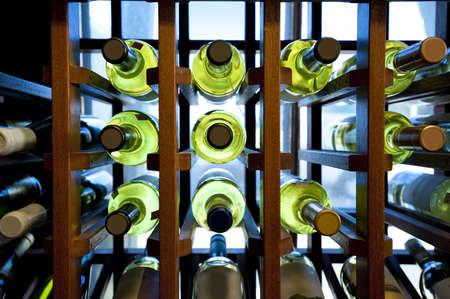 Weinflaschen im Holzregal in einer kleinen Dorfladen befindet