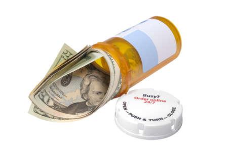 20 ドル札の中で処方薬の瓶。コンセプトや薬の費用のための隠喩。分離されました。