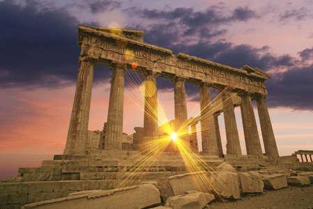 antigua grecia: El Partenón griego, templo al atardecer en la acrópolis