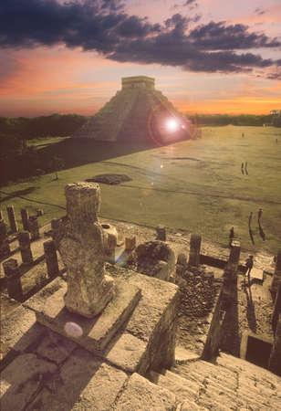 Puesta de sol vista de la gran pirámide de Chichén Itzá Foto de archivo