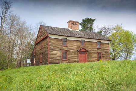 casa colonial: Casa colonial antigua que data de la revolución americana en Concord, Massachusetts, EE.UU.