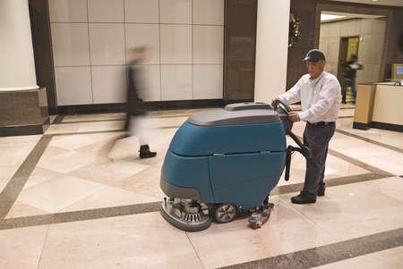 floor machine: Limpieza de piso en el vest�bulo del edificio de oficinas Foto de archivo