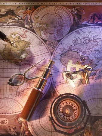 コンパスと真鍮の望遠鏡で古い航海マップ