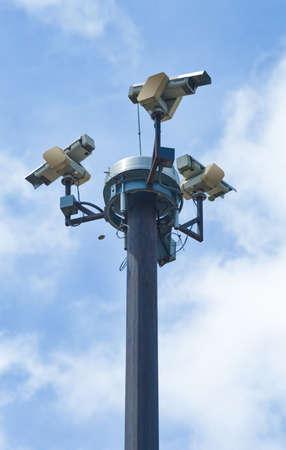 세 가지 외부 보안 카메라가 여러 각도를 커버.
