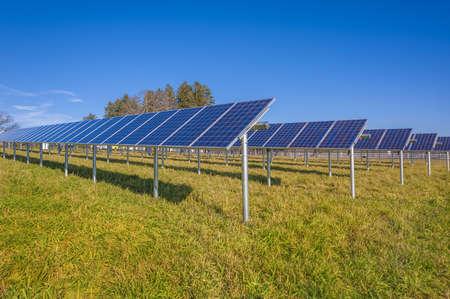 silicio: Los paneles solares en campo con el cielo azul