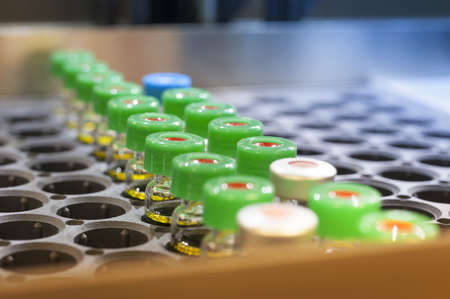 Vaccin mini flessen in chemische bedrijf lade Stockfoto - 17211780