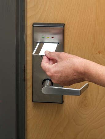 Keycard gebruikt om hotelkamer deur te openen Stockfoto