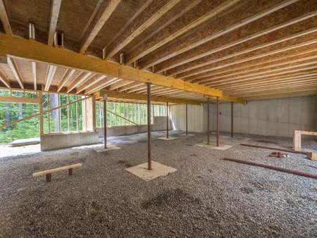 tablaroca: Construcci�n de s�tano bajo una casa nueva
