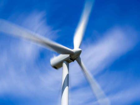 Wind turbine spinning blades