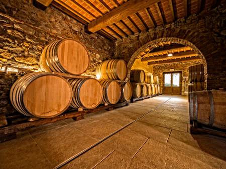 ワイナリーのセラーでワインの樽が積まれて
