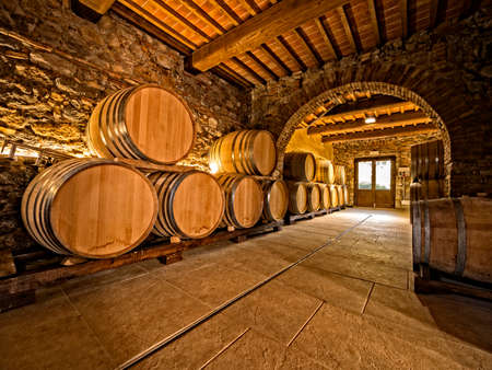 오크 와인 배럴 와이너리 지하실에 쌓여있다